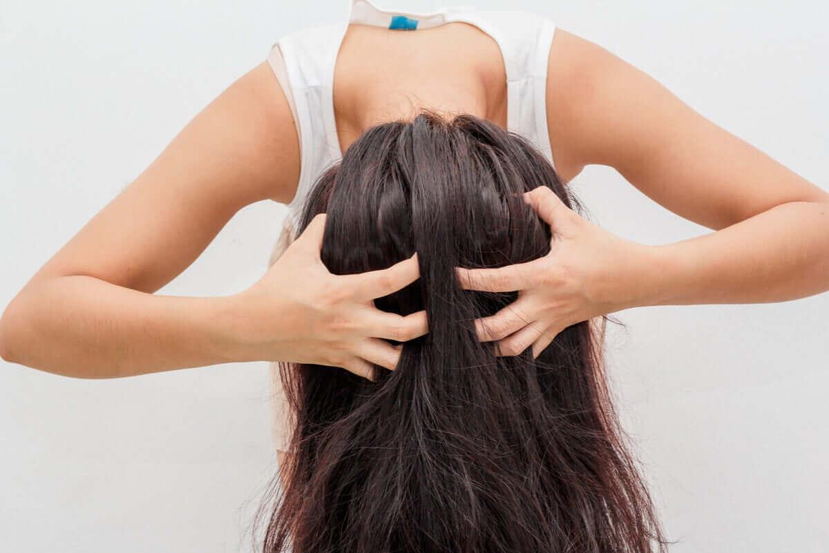 kvinna använder torrschampo