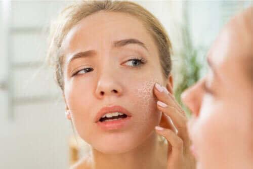 Vilka är de vanligaste orsakerna till torr hud?