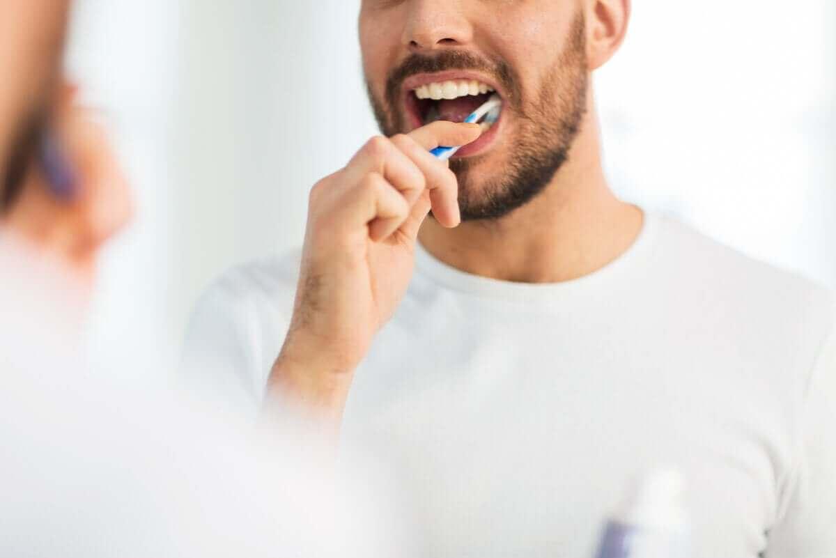 Munsår och blåsor: person borstar tänderna