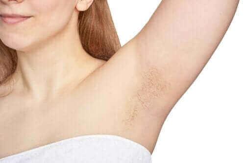 Varför har vi hår i armhålan?
