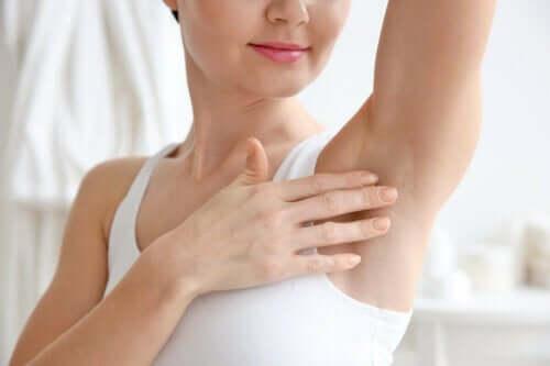 kvinna utan hår i armhålan