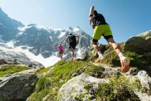 personer springer bland bergen