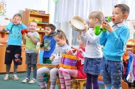 Barn som deltar i musikterapi.