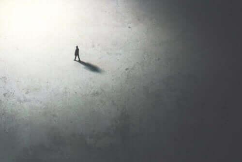 ensam person går mot ljuset.