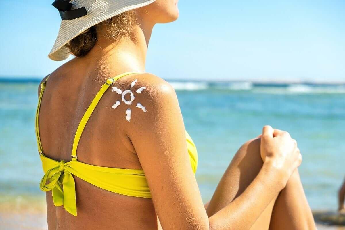 kvinna solar på stranden