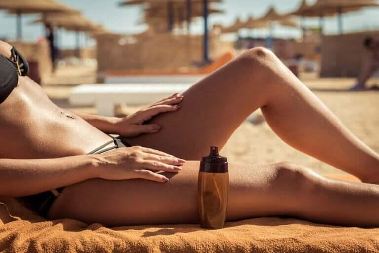 solbränd kvinna på strand