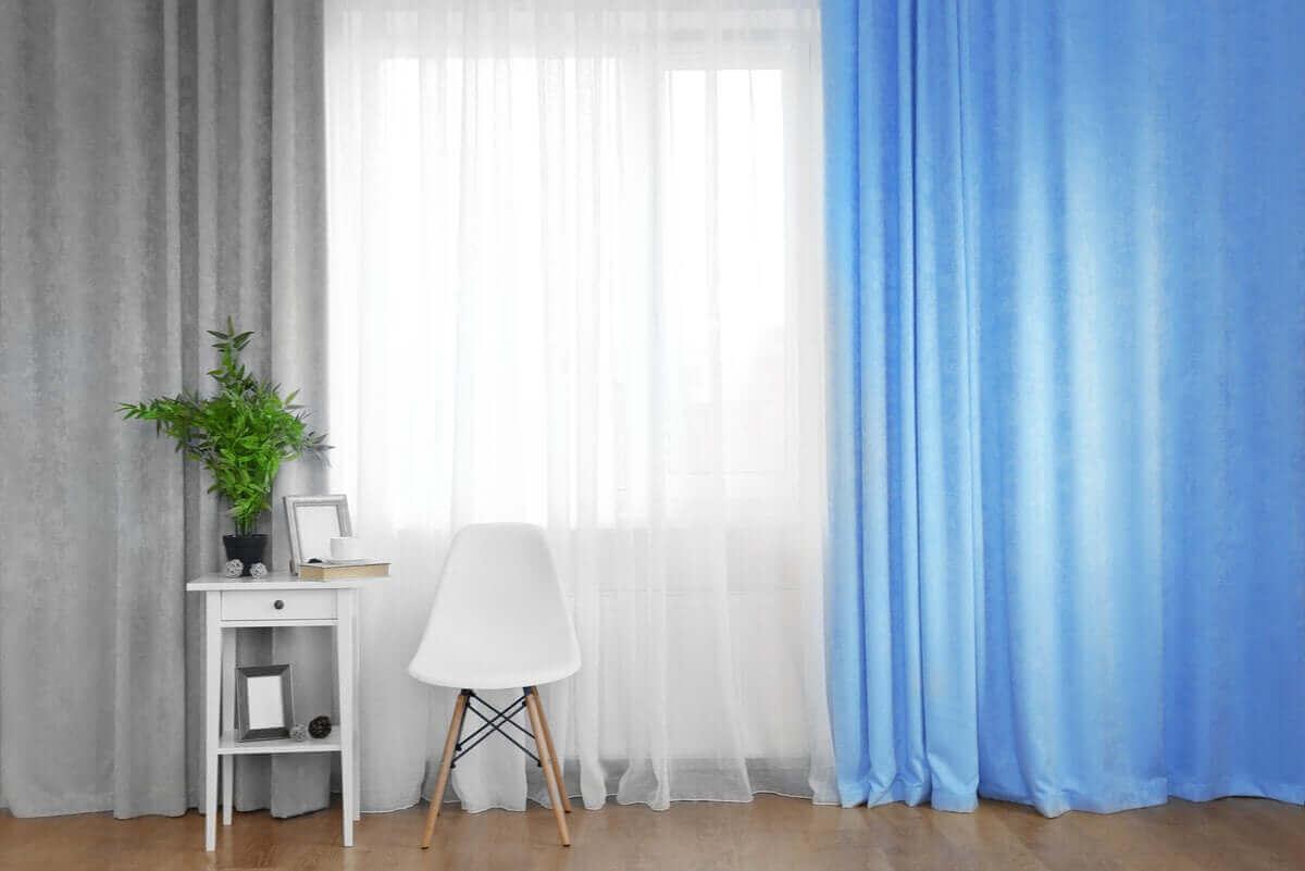 blå och vita gardiner