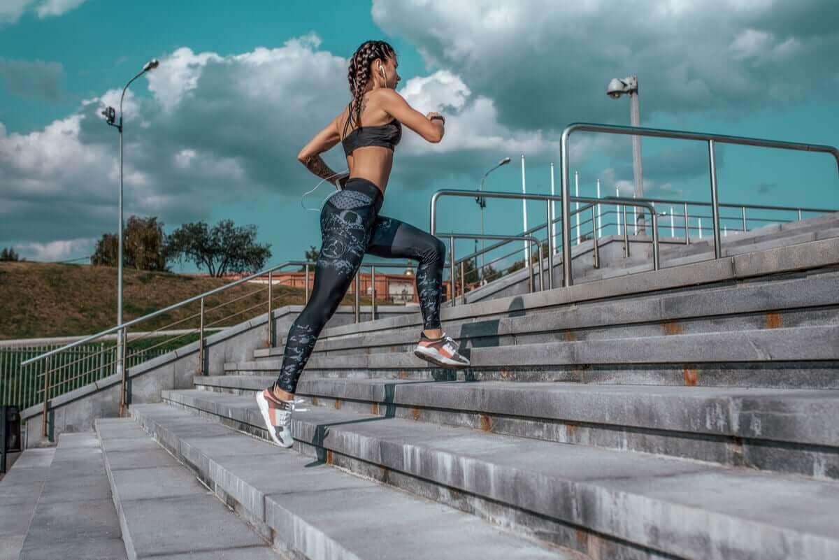 kvinna springer upp för trappa