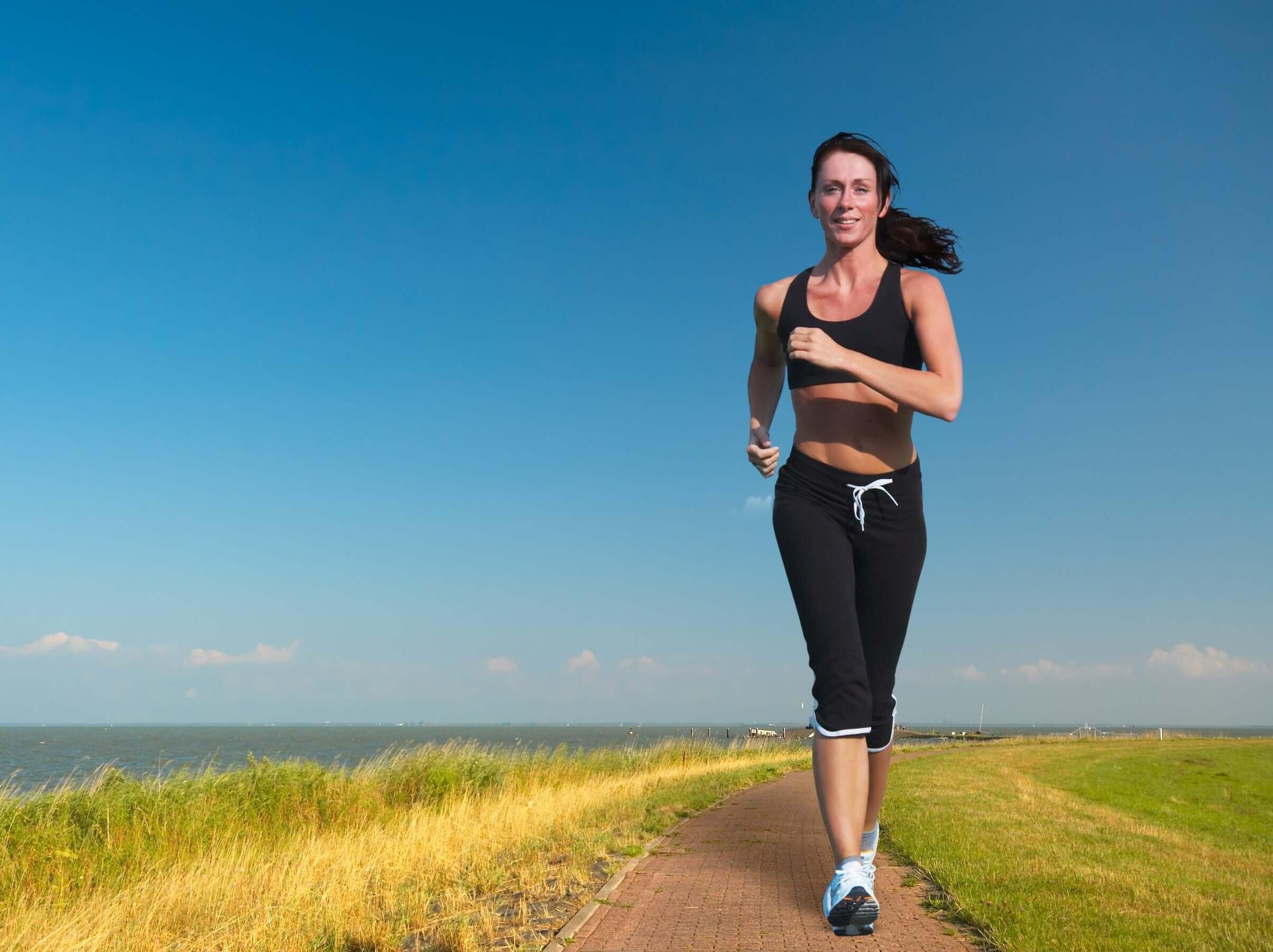 kvinna som är beroende av att springa