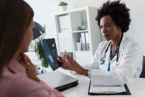 Kvinna besöker doktorn för konsultation.