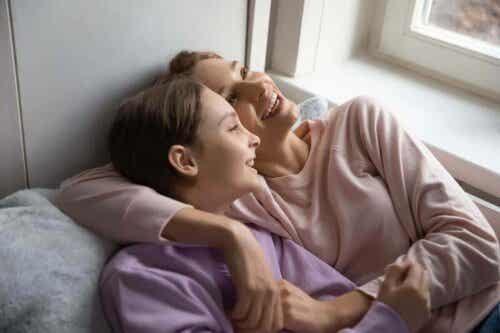En mor skrattar med sin tonåring.