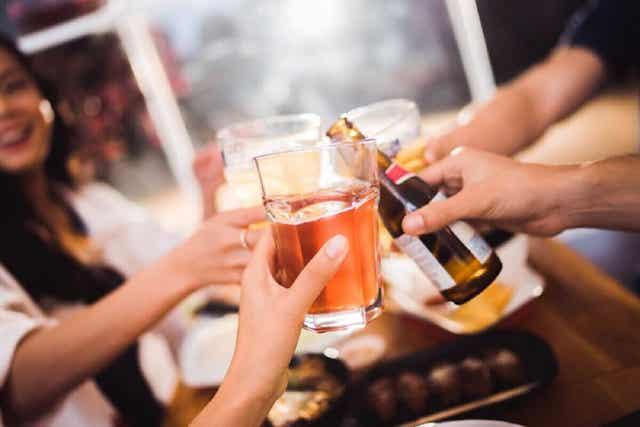Vänner skålar med alkohol.