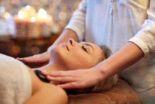 Vad är het sten-massage och vilka är fördelarna?