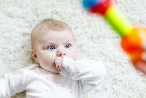 Varför stirrar spädbarn? En del av utvecklingen