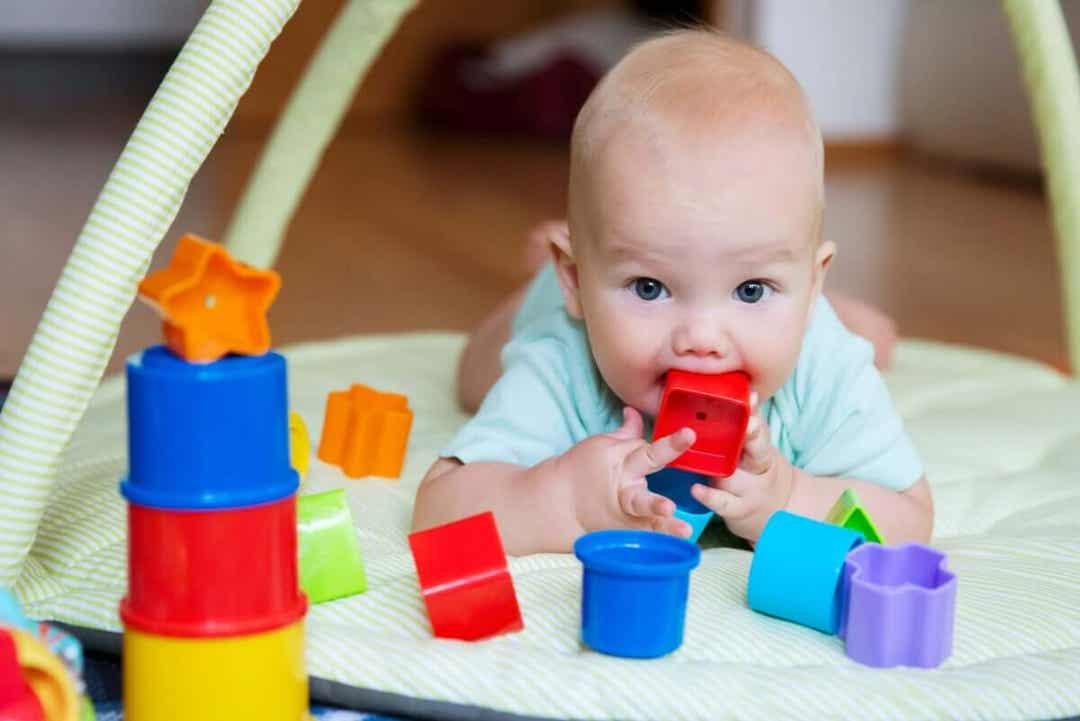 baby med leksaker