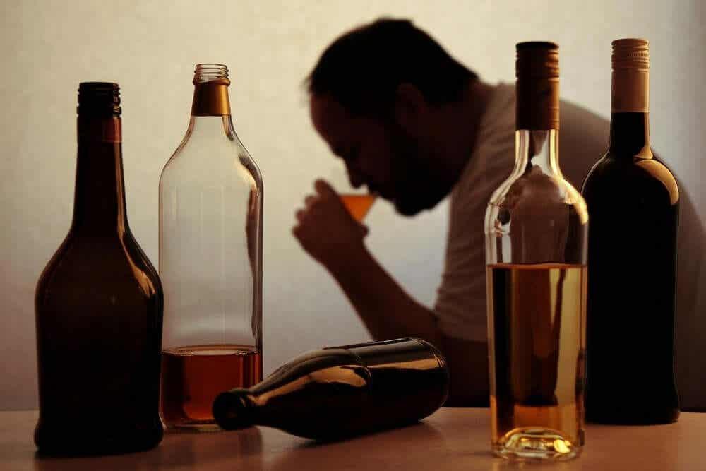 man dricker alkohol