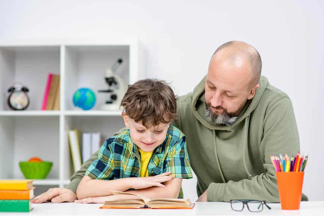 vanor du bör lära dina barn: pappa läser med son