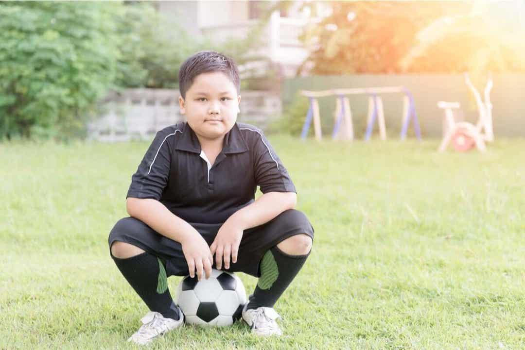 vanor du bör lära dina barn: barn med fotboll