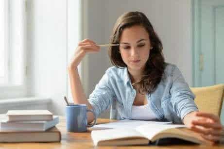 Nyttiga vanor: En kvinna studerar och dricker kaffe.