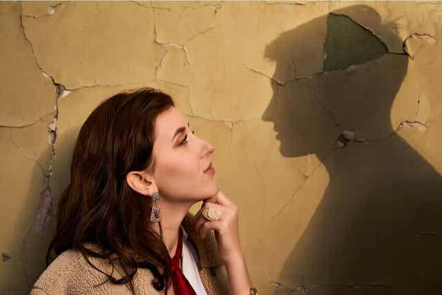 Kvinna tänker på sitt ex.
