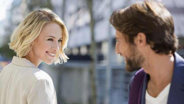Två människor delar ett leende.