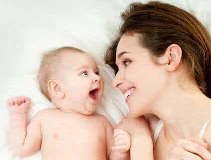 En glad mamma med sin bebis.