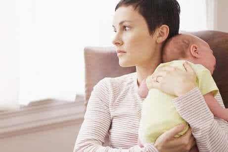 Tecken på förlossningsdepression: Mamma med baby som skriker.