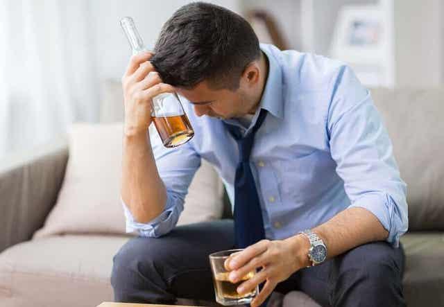 Man dricker alkohol för sig själv.