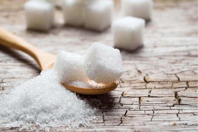 Sockerbitar på en sked.
