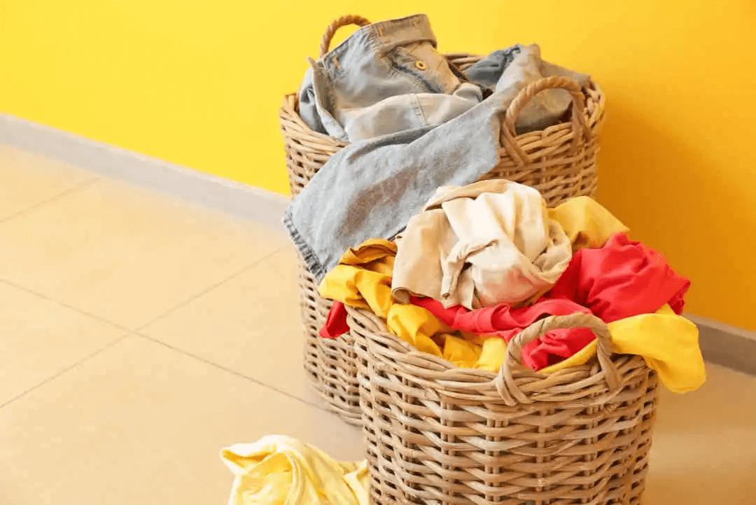 svartpeppar i tvättmaskinen: korgar med tvätt