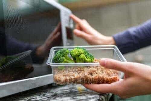 Är det säkert att värma plast i mikrovågsugn?