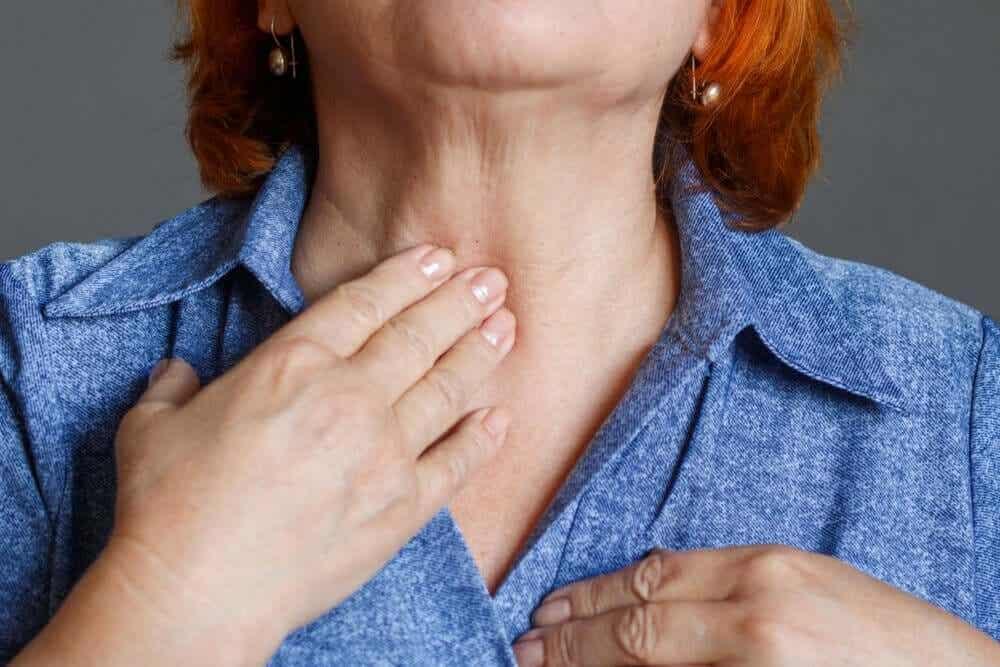 kvinna efter en laryngektomi