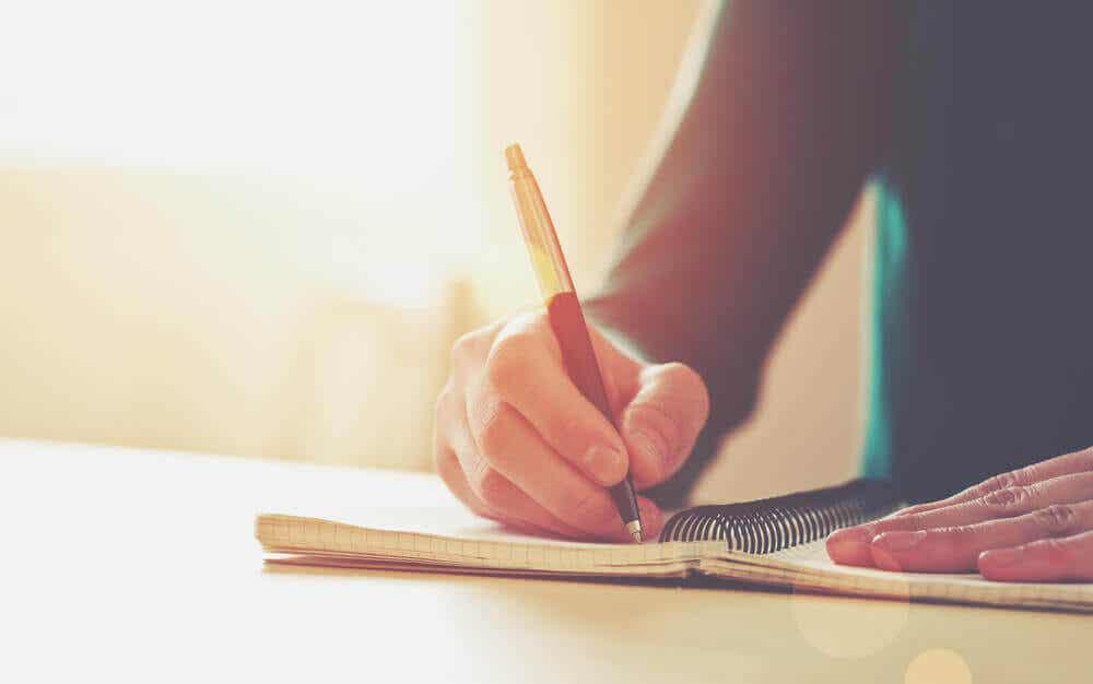 Hudvalkar på händerna från att skriva