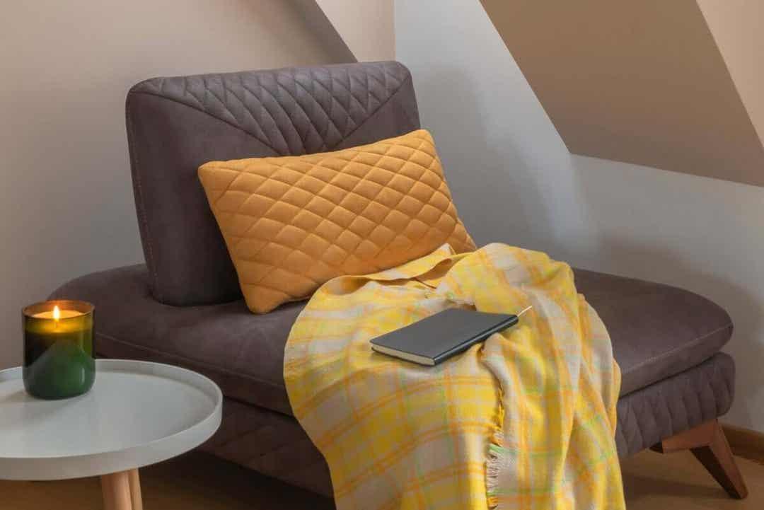 avkopplande hörn hemma med gul filt
