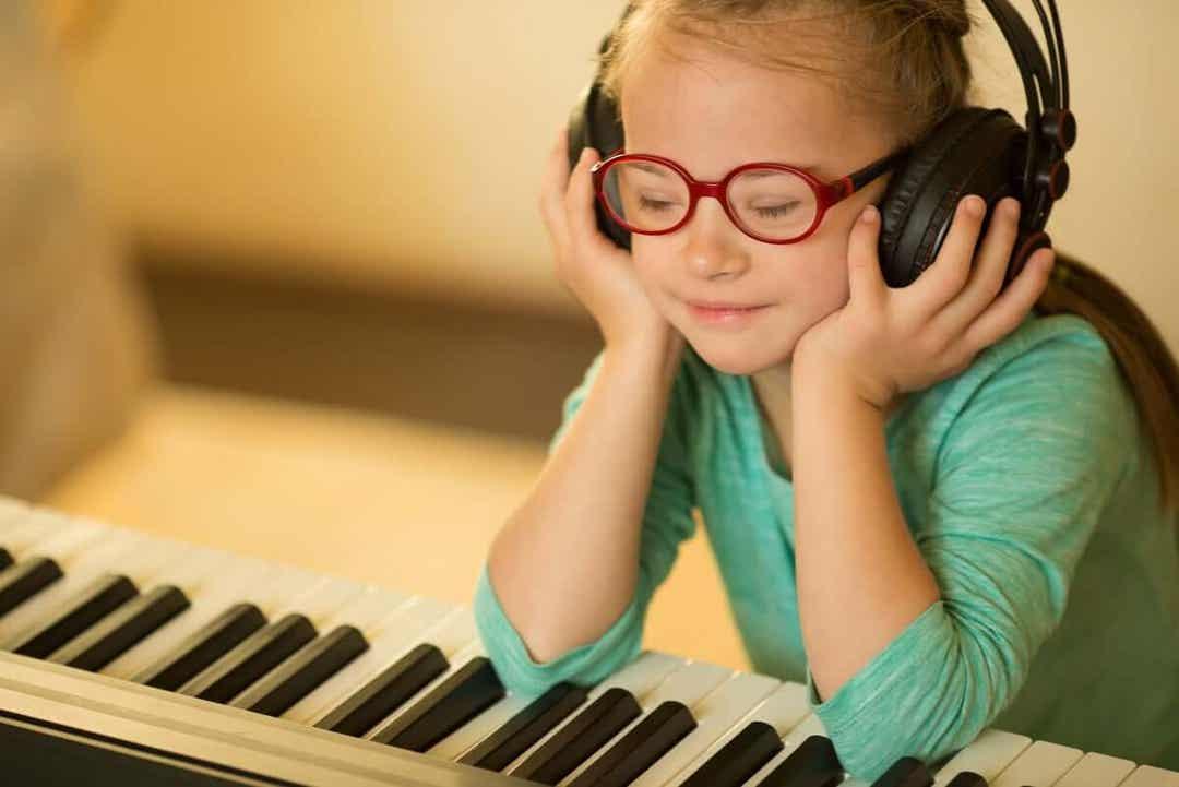 flicka vid piano