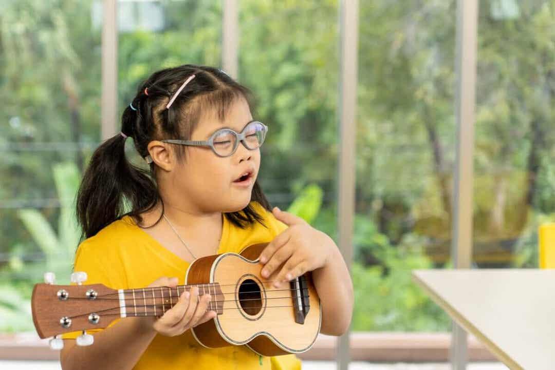 intellektuella funktionsnedsättningar: flicka spelar på instrument