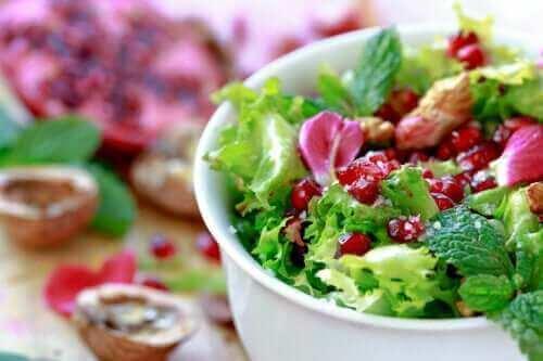 Snabba och goda sallader med endiver och granatäpple
