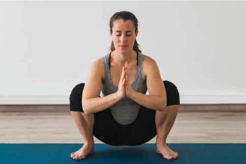 En kvinna tränar yoga