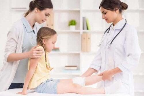 Ett barn med en läkare.