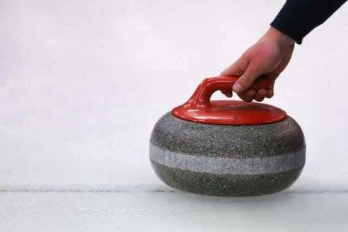 En curlingsten.