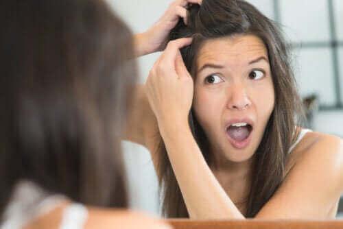 4 skäl till varför du kan få gråa hår som ung