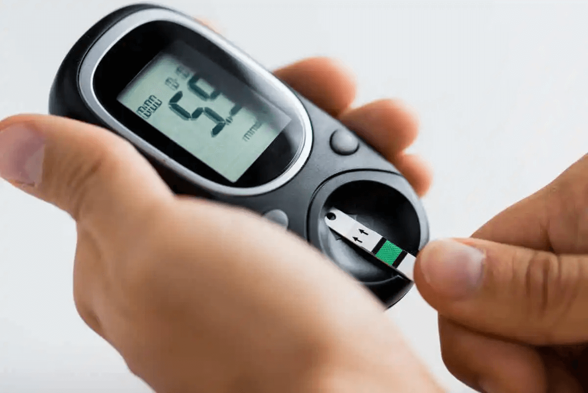 person mäter blodsocker