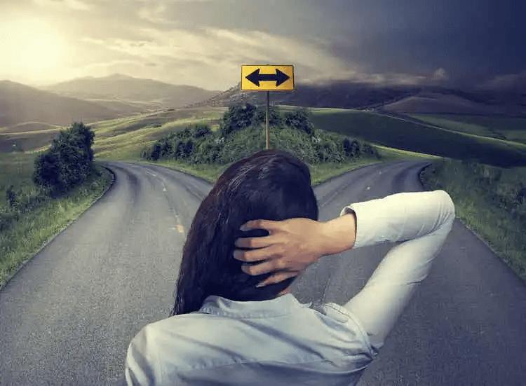 inre dialog: kvinna vid vägskäl