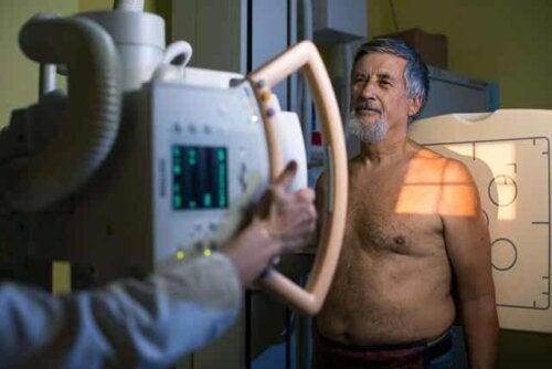 En man som genomgår en läkarundersökning.