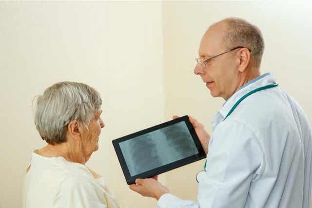 läkare visar lungröntgen för patient